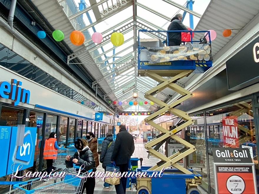 300 brandwerende gekleurde lampionnen winkelcentrum Hof van Spaland Schiedam, vrolijke ballonnen in straten Laternendekoration in Straßendekoration, ballon, lampions dans le centre commercial 41