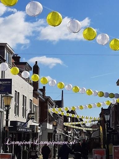 400 vrolijke nylon lampionnen aan slingers door de straten van Wassenaar stadversiering ballonnen wit en geel 2 straßedekoration 3