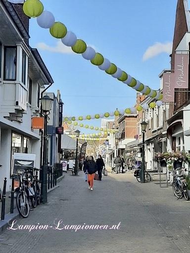 400 vrolijke nylon lampionnen aan slingers door de straten van Wassenaar stadversiering ballonnen wit en geel 2 straßedekoration 35