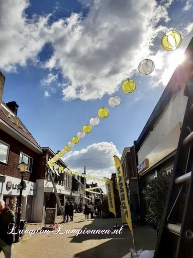400 vrolijke nylon lampionnen aan slingers door de straten van Wassenaar stadversiering ballonnen wit en geel 2 straßedekoration 32