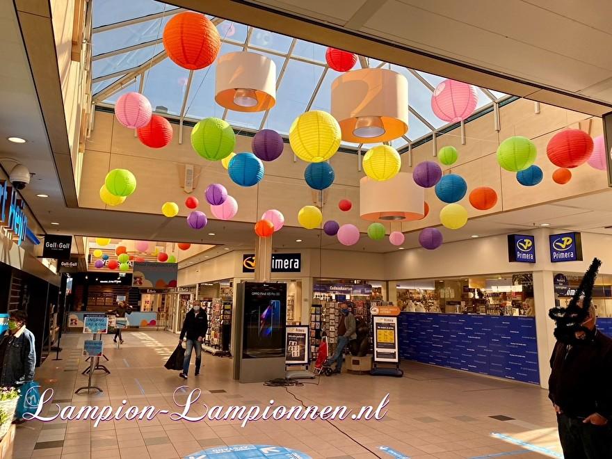 600 gekleurde lampionnen in winkelcentrum Ridderhof te Ridderkerk, brandvertragende lampion versiering in straten decoratie, Lampions im Einkaufszentrum, feuerhemmende Laternen in Straßendekoration dans le centre commercial ballon