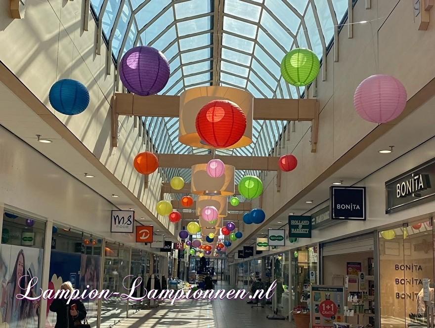 600 gekleurde lampionnen in winkelcentrum Ridderhof te Ridderkerk, brandvertragende versiering in straten decoratie, Lampions im Einkaufszentrum, feuerhemmende Laternen in Straßendekoration dans le centre commercial ballon 45