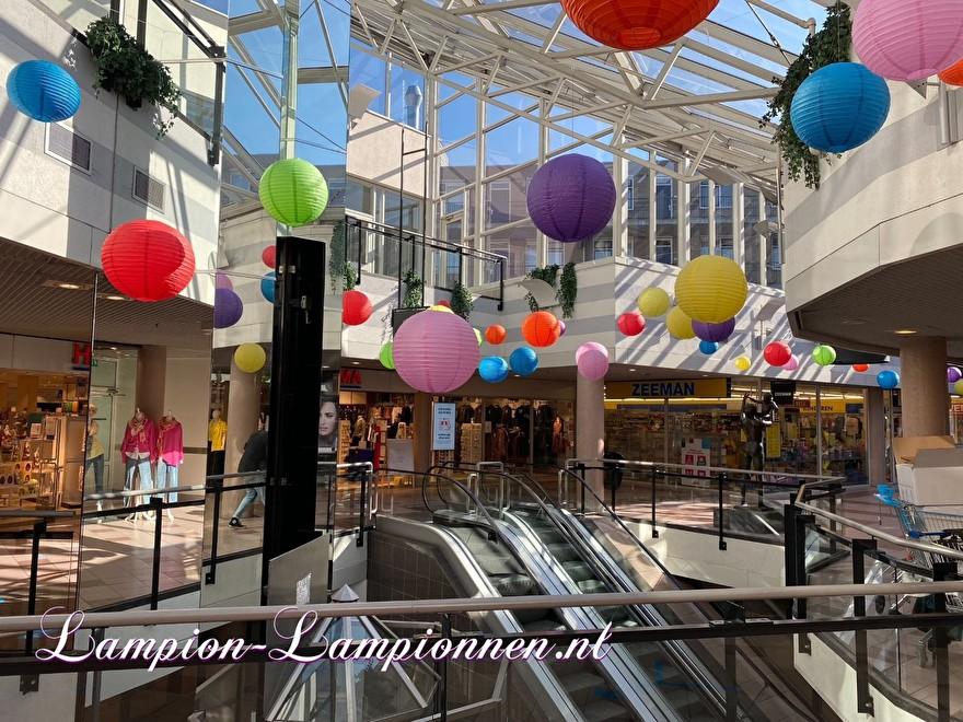 600 gekleurde lampionnen in winkelcentrum Ridderhof te Ridderkerk, brandvertragende versiering in straten decoratie, Lampions im Einkaufszentrum, feuerhemmende Laternen in Straßendekoration dans le centre commercial ballon 44