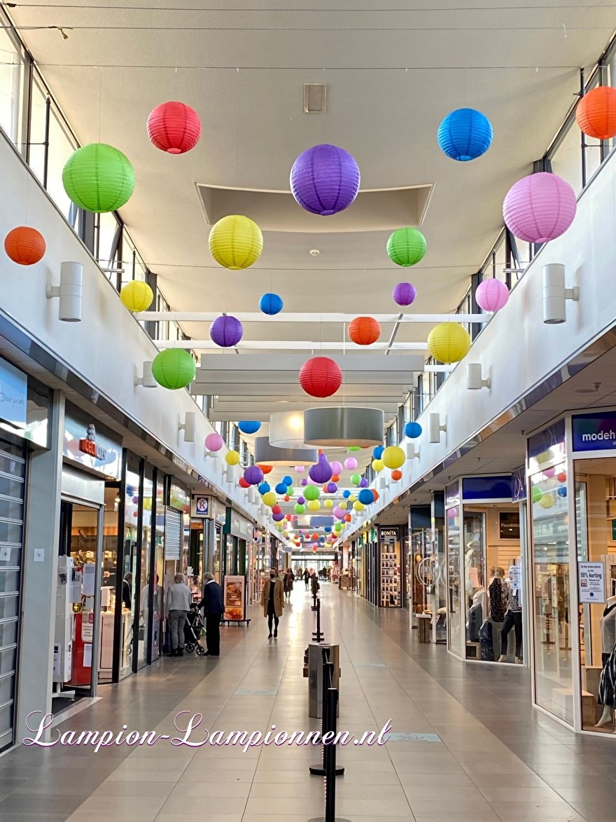 700 lampionnen in winkelcentrum Helftheuvel te Den Bosch, brandvertragende lampion versiering in straten decoratie, Lampions im Einkaufszentrum, feuerhemmende Laternen in Straßendekoration dans le centre commercial ballon 11