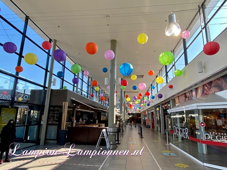 700 lampionnen in winkelcentrum Helftheuvel te Den Bosch, brandvertragende lampion versiering in straten decoratie, Lampions im Einkaufszentrum, feuerhemmende Laternen in Straßendekoration dans le centre commercial ballon 111