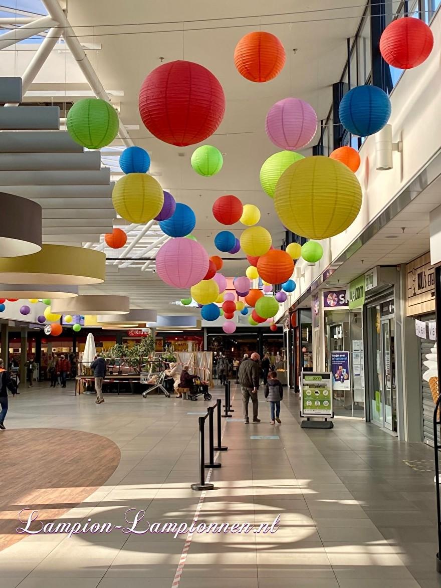 700 lampionnen in winkelcentrum Helftheuvel te Den Bosch, brandvertragende lampion versiering in straten decoratie, Lampions im Einkaufszentrum, feuerhemmende Laternen in Straßendekoration dans le centre commercial ballon 116