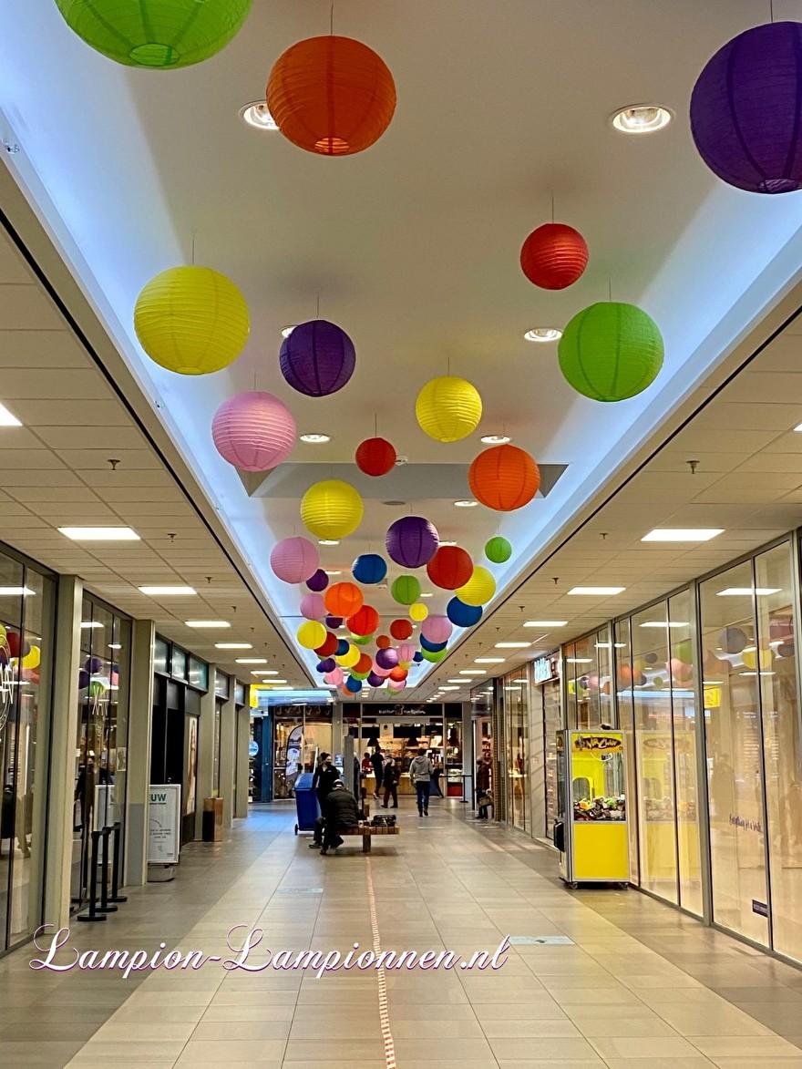 700 lampionnen in winkelcentrum Helftheuvel te Den Bosch, brandvertragende lampion versiering in straten decoratie, Lampions im Einkaufszentrum, feuerhemmende Laternen in Straßendekoration dans le centre commercial ballon 112