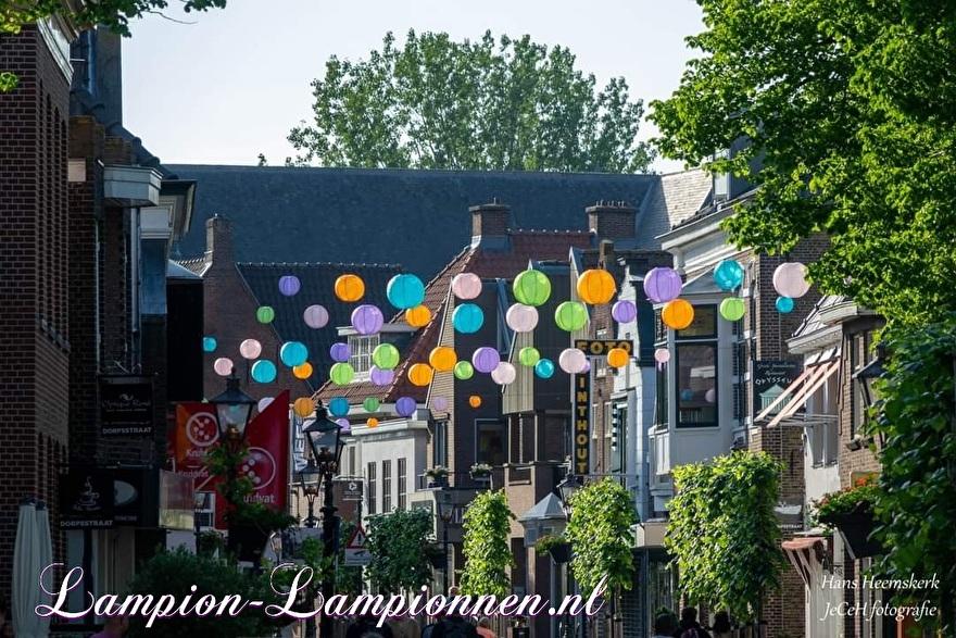 700 vrolijke nylon lampionnen in winkelstraten Dorpsstraat Zoetermeer straat decoratie versiering aan kabels ballonnen, 700 fröhliche Nylonlaternen in den Einkaufsstraßen Straßendekoration auf Ballon kabeln Lampions 2