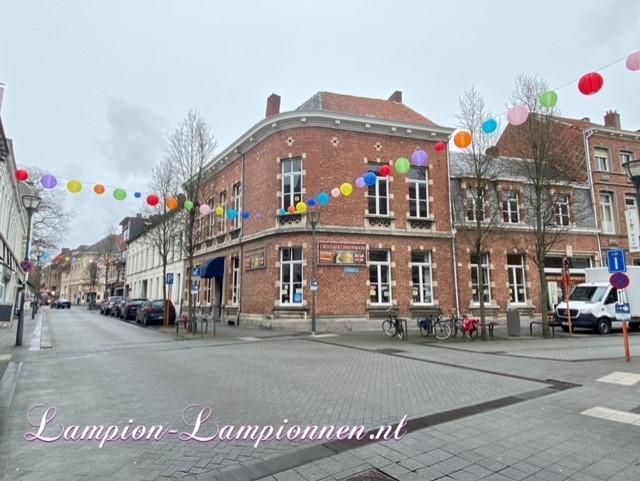 300 feuerfeste farbige Lampions im Einkaufszentrum Hof van Spaland Schiedam, fröhliche Luftballons in Straßen Laternendekoration in Straßendekoration, Ballon, Laternen im Zentrum kommerziell 4