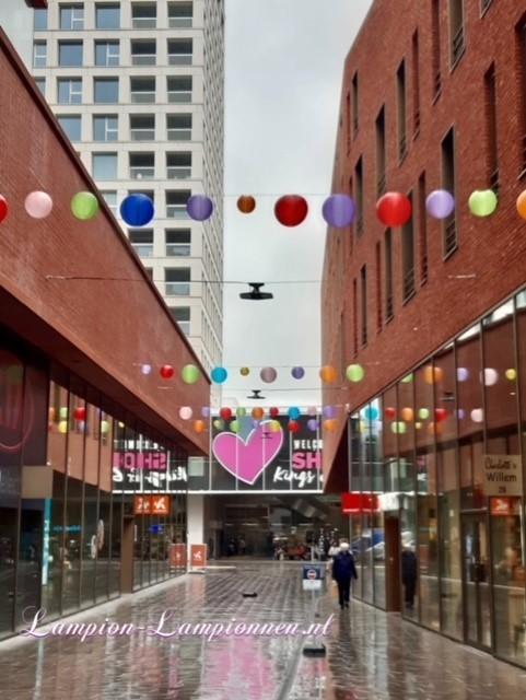300 feuerfeste farbige Lampions im Einkaufszentrum Hof van Spaland Schiedam, fröhliche Luftballons in Straßen Laternendekoration in Straßendekoration, Ballon, Laternen im Zentrum kommerziell 45