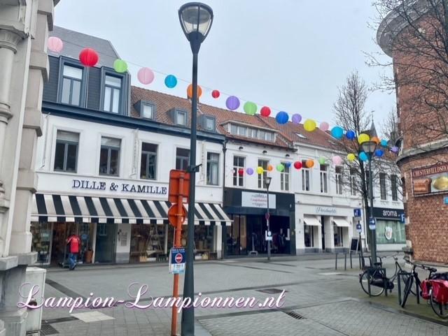 300 feuerfeste farbige Lampions im Einkaufszentrum Hof van Spaland Schiedam, fröhliche Luftballons in Straßen Laternendekoration in Straßendekoration, Ballon, Laternen im Zentrum kommerziell 41