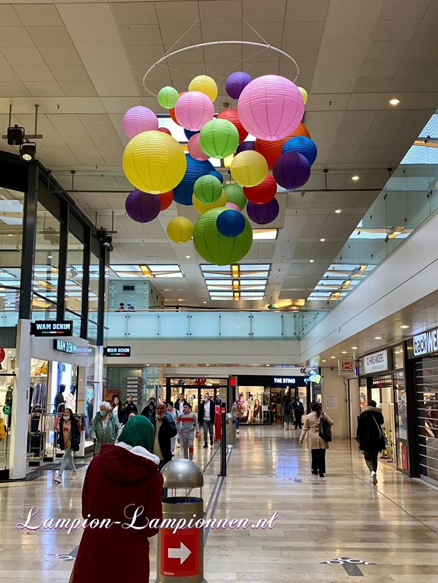 tros met vrolijke lampionnen in een tros winkelcentrum Rotterdam Zuidplein ballon versiering, gekleurde lampionnen ballonnen decoratie straatversiering 2