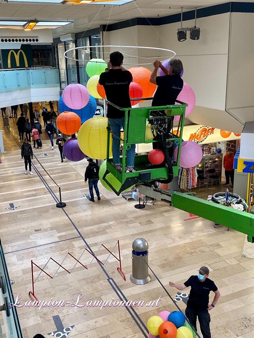 720 vrolijke lampionnen in een tros winkelcentrum Rotterdam Zuidplein ballon versiering, gekleurde lampionnen ballonnen decoratie straatversiering 22