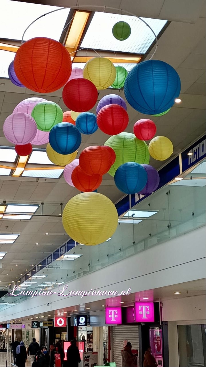 vrolijke lampionnen in een tros bussel bundel winkelcentrum Rotterdam Zuidplein ballon versiering, gekleurde lampionnen ballonnen decoratie straatversiering 2