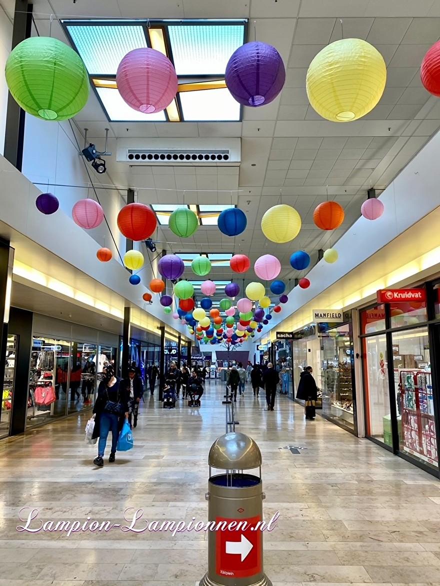 720 vrolijke lampionnen winkelcentrum Rotterdam Zuidplein ballon versiering, gekleurde lampionnen ballonnen decoratie straatversiering 45