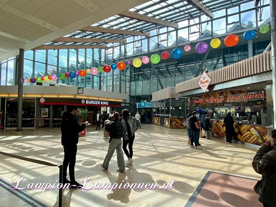 720 vrolijke lampionnen winkelcentrum wie hebben geleverd ? Rotterdam Zuidplein ballon versiering, gekleurde lampionnen ballonnen decoratie straatversiering Metroplein