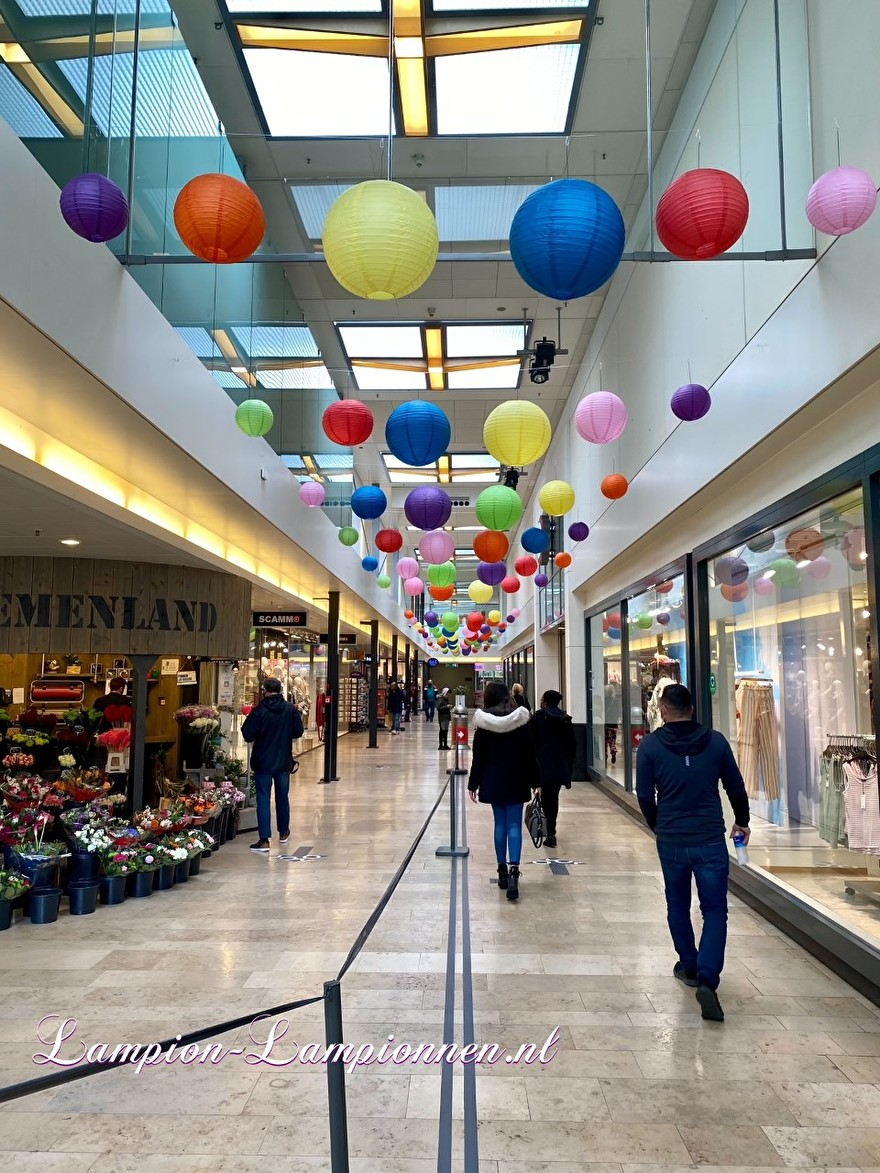 720 vrolijke lampionnen in een tros winkelcentrum Rotterdam Zuidplein ballon versiering, gekleurde lampionnen ballonnen decoratie straatversiering 23