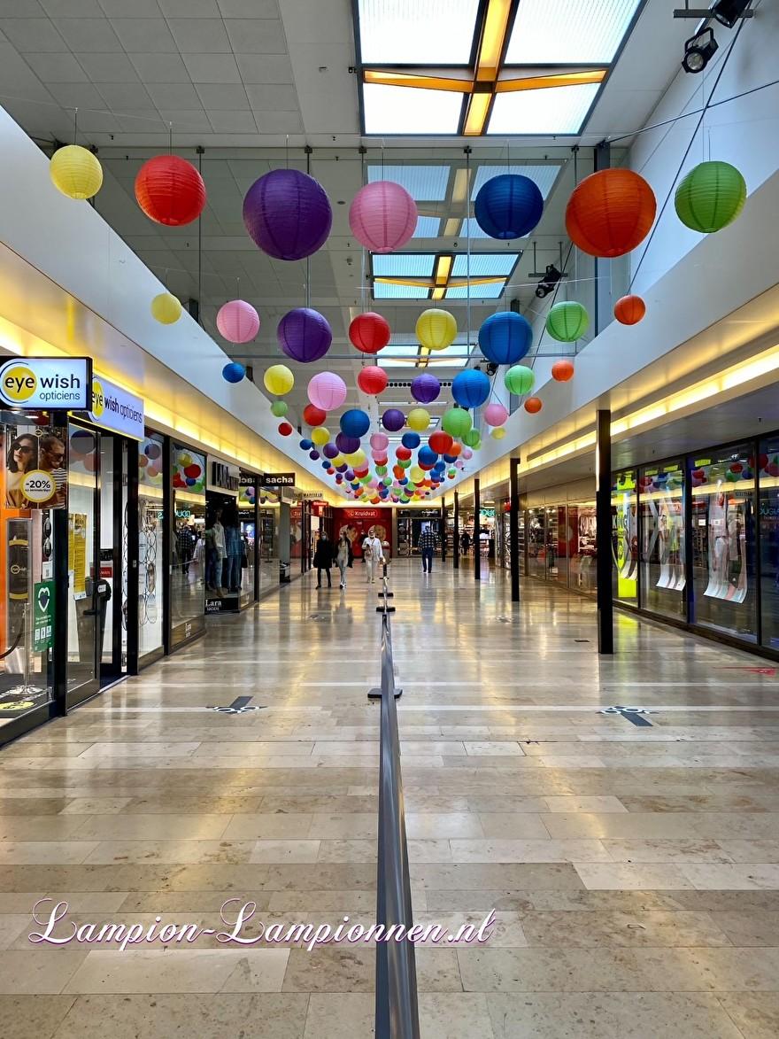 720 vrolijke lampionnen in een tros winkelcentrum Rotterdam Zuidplein ballon versiering, gekleurde lampionnen ballonnen decoratie straatversiering 2