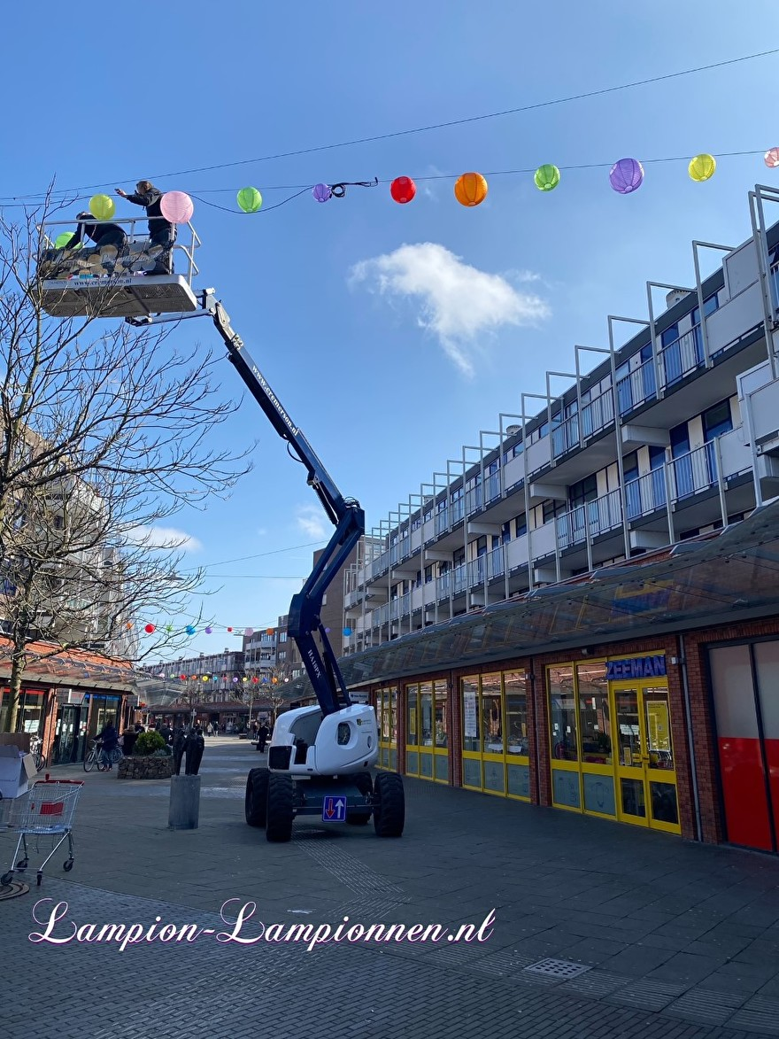 800 vrolijke nylon lampionnen in straten winkelcentrum de Mare te Alkmaar straat decoratie versiering aan kabels ballon, 700 fröhliche Nylonlaternen in den Einkaufsstraßen Straßendekoration auf Ballon kabeln Lampions 91