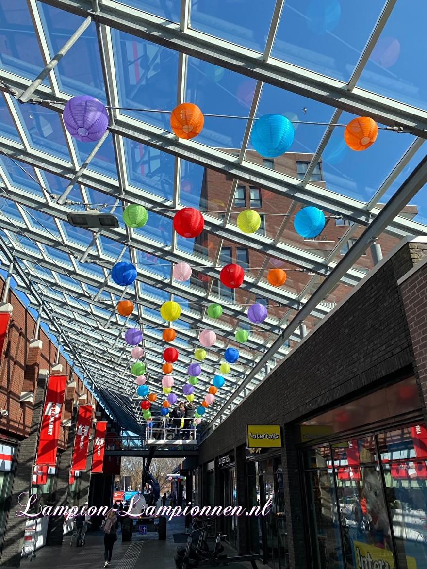 800 vrolijke nylon lampionnen in straten winkelcentrum de Mare te Alkmaar straat decoratie versiering aan kabels ballon, 700 fröhliche Nylonlaternen in den Einkaufsstraßen Straßendekoration auf Ballon kabeln Lampions 9