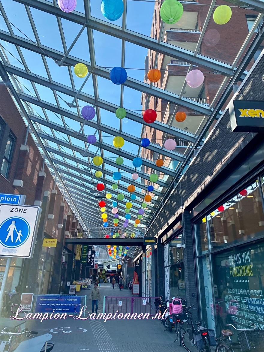 800 vrolijke nylon lampionnen in straten winkelcentrum de Mare te Alkmaar straat decoratie versiering aan kabels ballon, 700 fröhliche Nylonlaternen in den Einkaufsstraßen Straßendekoration auf Ballon kabeln Lampions 99