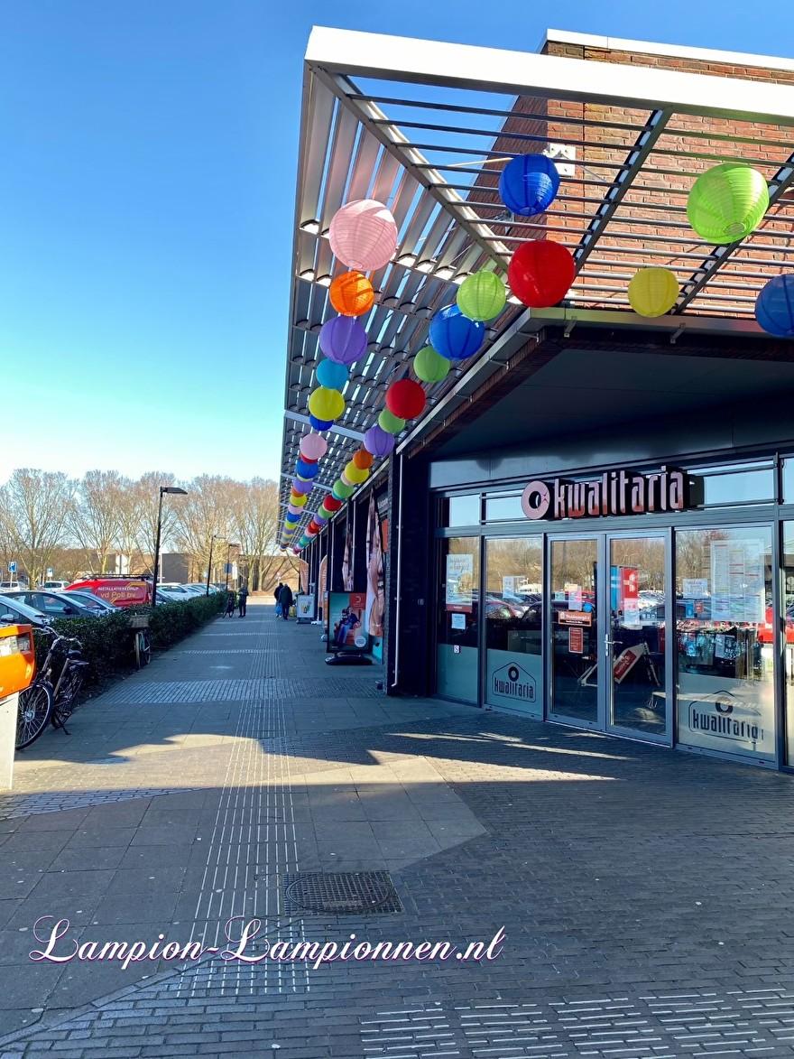 800 vrolijke nylon lampionnen in straten winkelcentrum de Mare te Alkmaar straat decoratie versiering aan kabels ballon, 700 fröhliche Nylonlaternen in den Einkaufsstraßen Straßendekoration auf Ballon kabeln Lampions 98