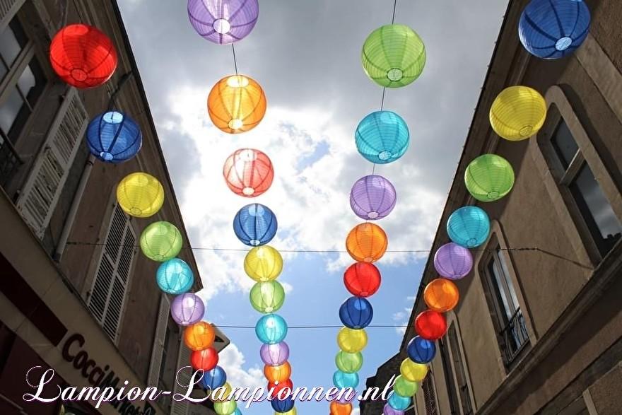 900 nylon lampionnen in straten van Fresnay-sur-Sarthe, straat versiering ballonnen, 900 lanternes en nylon dans les rues de Fresnay-sur-Sarthe, ballons de décoration de rue 35
