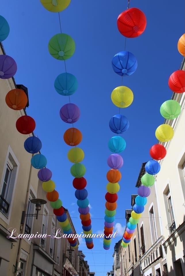 900 nylon lampionnen in straten van Fresnay-sur-Sarthe, straat versiering ballonnen, 900 lanternes en nylon dans les rues de Fresnay-sur-Sarthe, ballons de décoration de rue 3