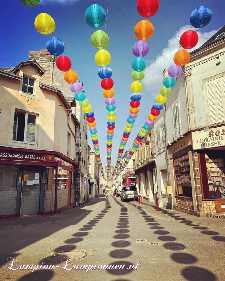 900 nylon lampionnen in straten van Fresnay-sur-Sarthe, straat versiering ballonnen, 900 lanternes en nylon dans les rues de Fresnay-sur-Sarthe, ballons de décoration de rue 32