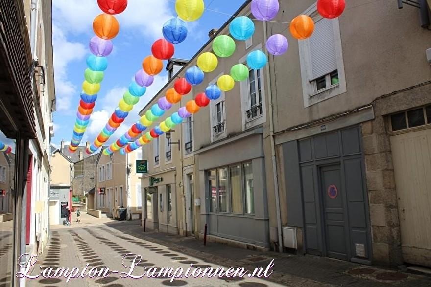 900 nylon lampionnen in straten van Fresnay-sur-Sarthe, straat versiering ballonnen, 900 lanternes en nylon dans les rues de Fresnay-sur-Sarthe, ballons de décoration de rue 31