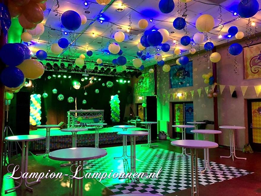 Feuersichere Bankettsaaldekoration mit Laternen während des Karnevals, Feuerfeste PartyRaumdekoration mit Lampions während des Karnevals, Dekoration des Feuersalzes mit Laternenanhänger2.4