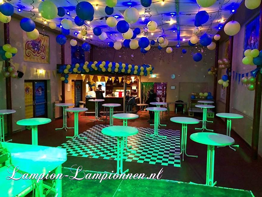 Feuersichere Bankettsaaldekoration mit Laternen während des Karnevals, Feuerfeste PartyRaumdekoration mit Lampions während des Karnevals, Dekoration des Feuersalzes mit Laternenanhänger 77