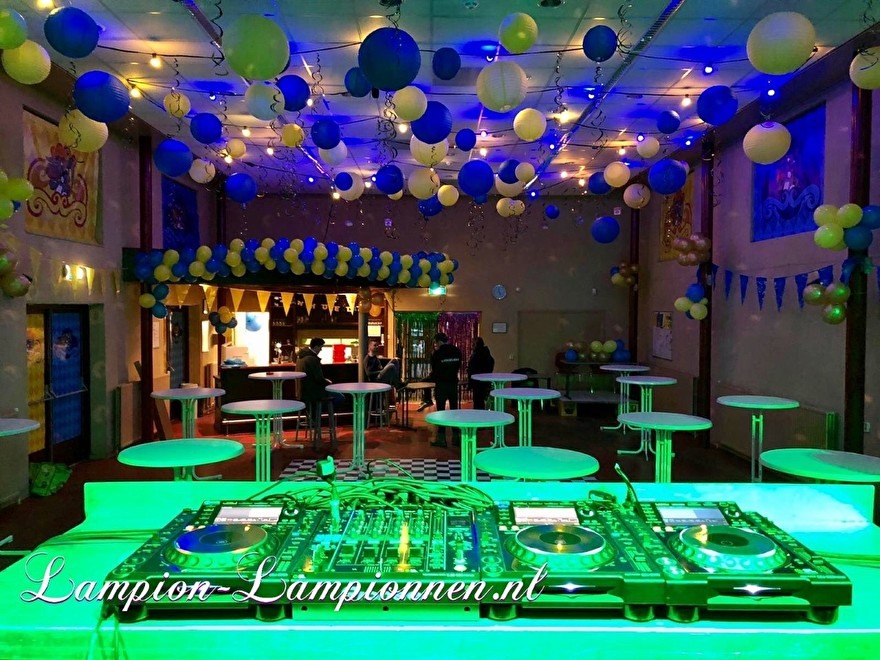 Feuersichere Bankettsaaldekoration mit Laternen während des Karnevals, Feuerfeste PartyRaumdekoration mit Lampions während des Karnevals, Dekoration des Feuersalzes mit Laternenanhänger 3