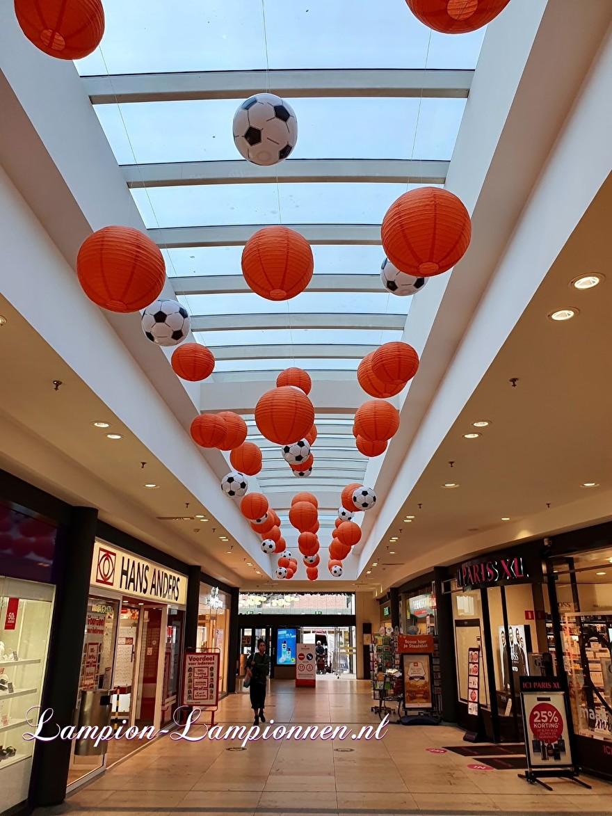 EK voetbal lampionnen versiering ballon decoratie winkelcentrum oranje rood wit blauw event 3