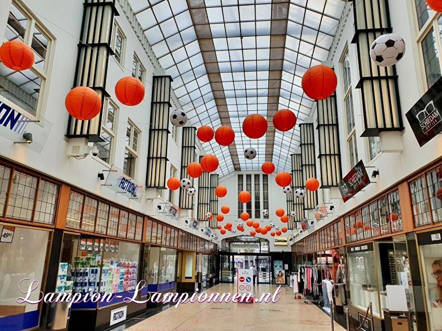 EK voetbal lampionnen versiering ballon decoratie winkelcentrum oranje rood wit blauw event