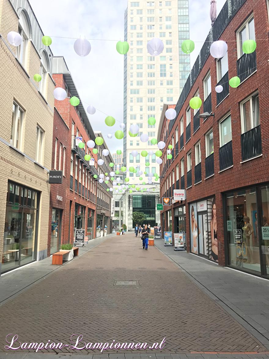 Gekleurde nylon lampionnen in winkel straat Eindhoven, winkel centrum, weerbestendig, slingers, Farbige Nylonlaternen in der Einkaufsstraße, Einkaufszentrum, wetterfest, Girlanden, Lanternes en nylon coloré dans une rue commercante 1.2