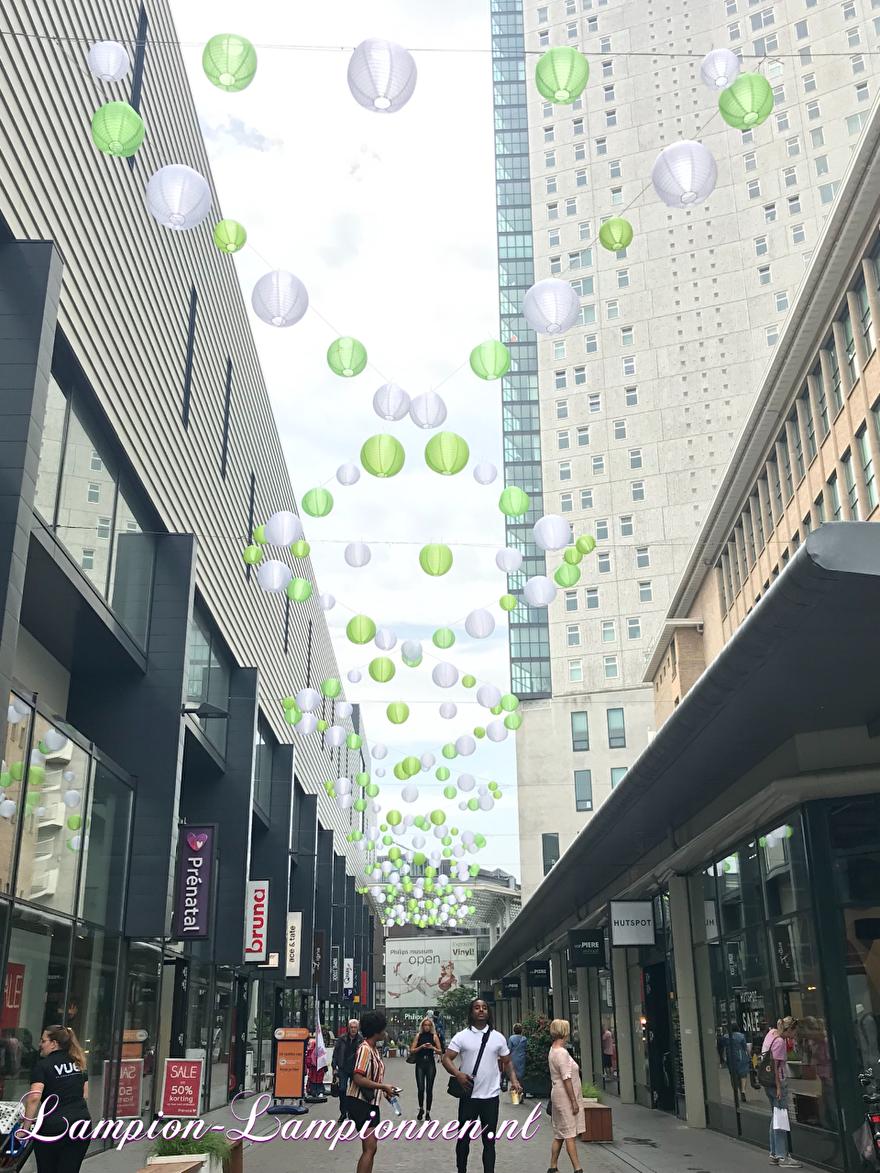 Gekleurde nylon lampionnen in winkel straat Eindhoven, winkel centrum, weerbestendig, slingers, Farbige Nylonlaternen in der Einkaufsstraße, Einkaufszentrum, wetterfest, Girlanden, Lanternes en nylon coloré dans une rue commercante 6