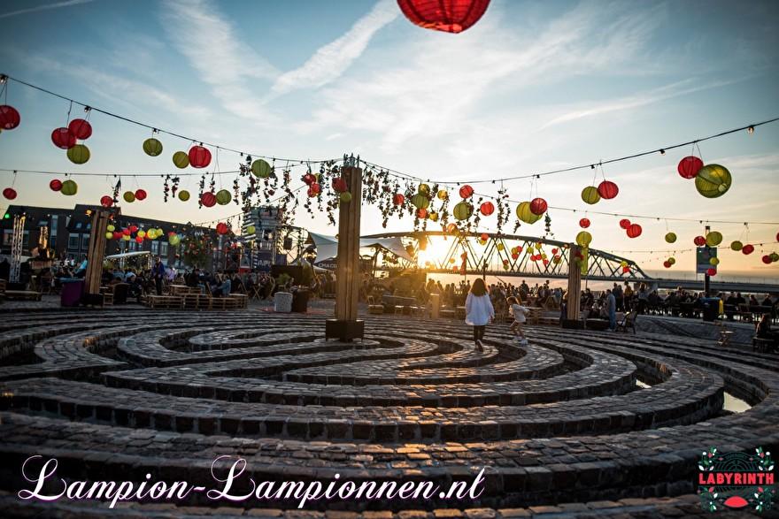 Gekleurde rode en gele weerbestendige nylon lampionnen op festival, Nylon lampionnen op straat SMKMRKT food truck