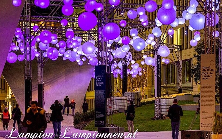 Grote witte lampionnen bij Luminale 2020 in Frankfurt am Main die Welle, Große weiße Lampions beim Luminale 2020 Festival in Frankfurt am Main, 120 cm, Large white paper lanterns sea of lights acre 33
