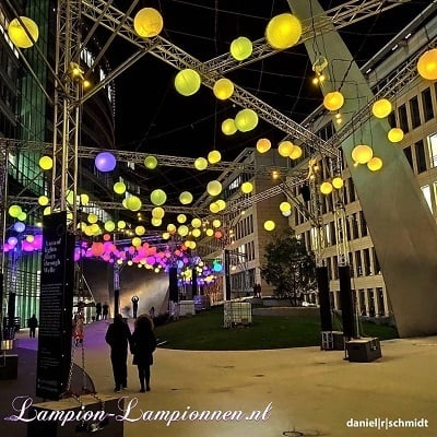 Grote witte lampionnen bij Luminale 2020 in Frankfurt am Main die Welle, Große weiße Lampions beim Luminale 2020 straat versiering shopping straße, 120 cm, Large white paper lanterns sea of lights a