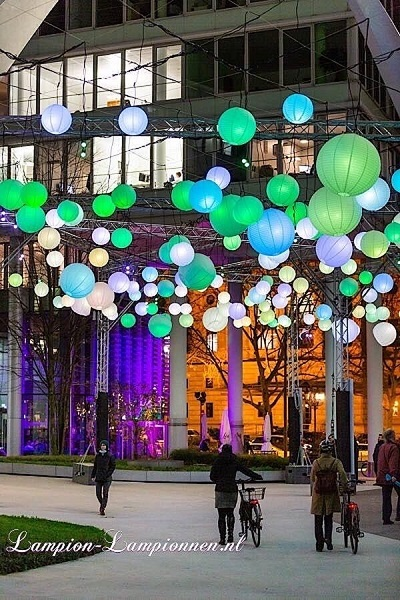 Große weiße Lampions bei Luminale 2020 in Frankfurt am Main die Welle, Große weilampions Lampions beim Verkauf straße deko Straßendekoration 120 cm, Große weiße Papierlaternen Meer der Lichter Einkaufszentrum 2