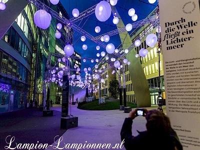 Große weiße Lampions bei Luminale 2020 in Frankfurt am Main die Welle, Große weilampions Lampions beim Verkauf straße deko Straßendekoration 120 cm, Große weiße Papierlaternen Meer der Lichter Einkaufszentrum 21m