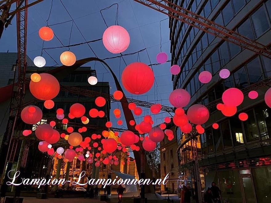 Grote witte lampionnen straat versiering straße bij Luminale 2020 in Frankfurt am Main die Welle, Große weiße Lampions beim Luminale 2020 Festival in Frankfurt am Main, 120 cm, Large white paper lanterns sea of lights acre 3.7