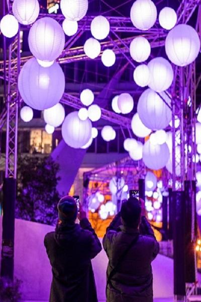 Große weiße Lampions bei Luminale 2020 in Frankfurt am Main die Welle, Große weilampions Lampions beim Verkauf straße deko Straßendekoration 120 cm, Große weiße Papierlaternen Meer der Lichter Einkaufszentrum 4