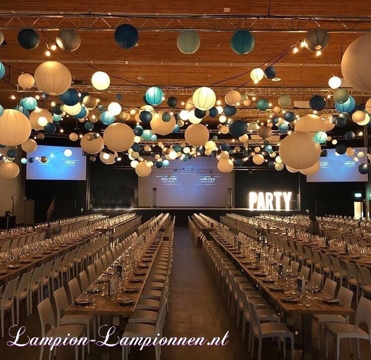 Grote witte lampionnen van 90 en 120 cm bij event, blauwe en zilveren lampionnen decoratie, Große weiße Lampions von 90 und 120 cm mit Ereignis-, Blau- und Silber laternen dekorationen, grande blanc, styling party