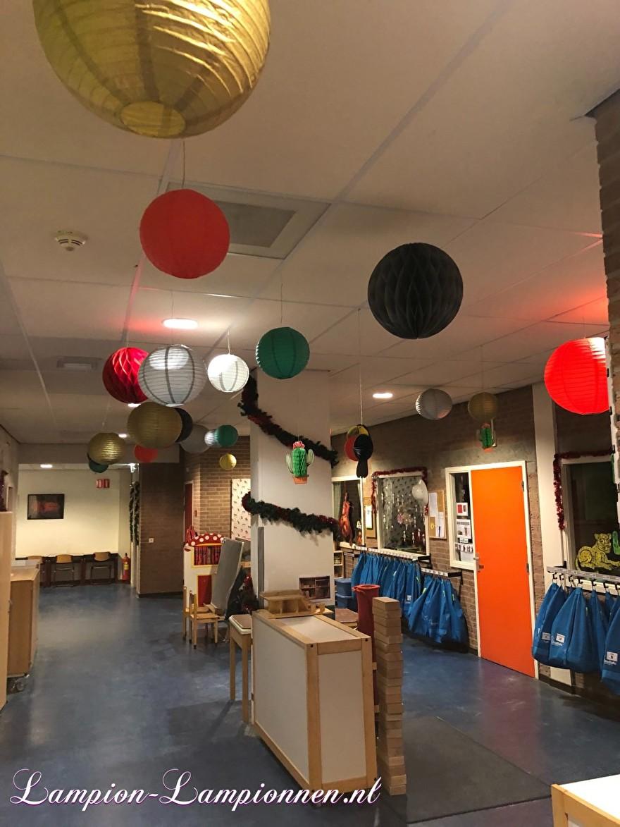 Weihnachtsschmuck mit Laternen in der Schule als goldener Anlass, Weihnachtsfeier mit Lampions in der Schule als goldener Anlass, Weihnachtsschmuck mit Laternen in der Schule als goldener Anlass oder dekorativer Anlass für den Stil Breda 5