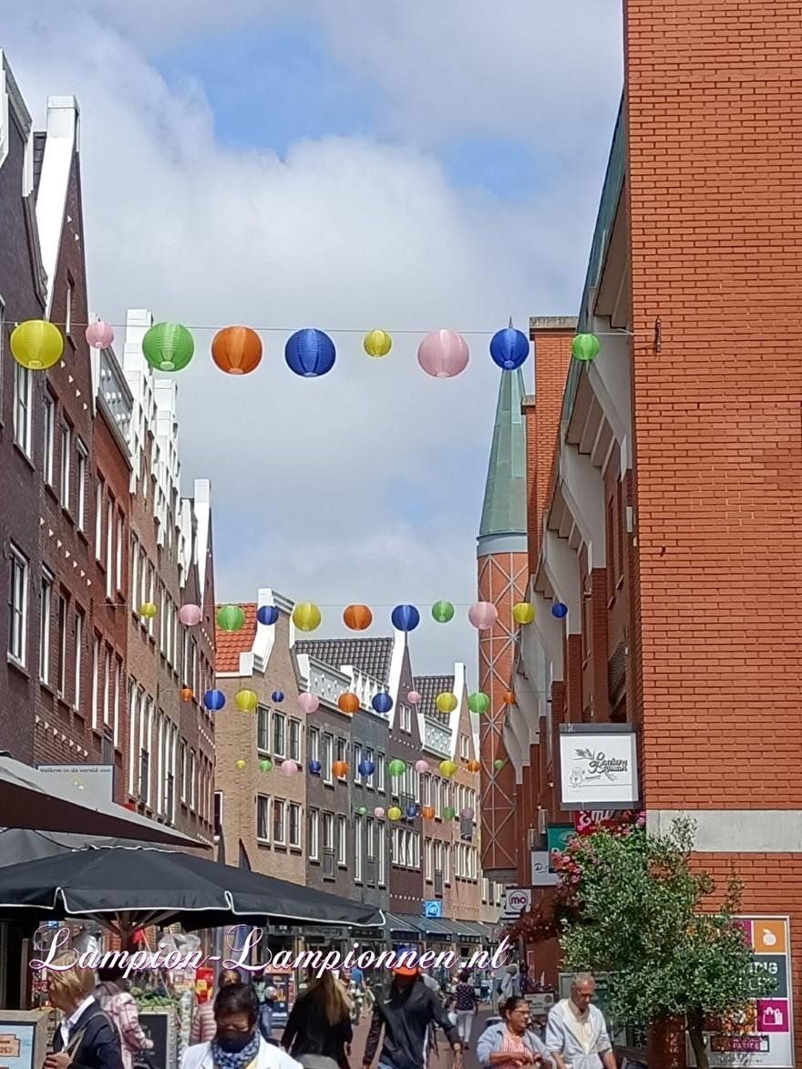 Lampion slingers Parade Nootdorp, vrolijke ballonnen door straten winkel gebied, city management decoratie straat versiering 2
