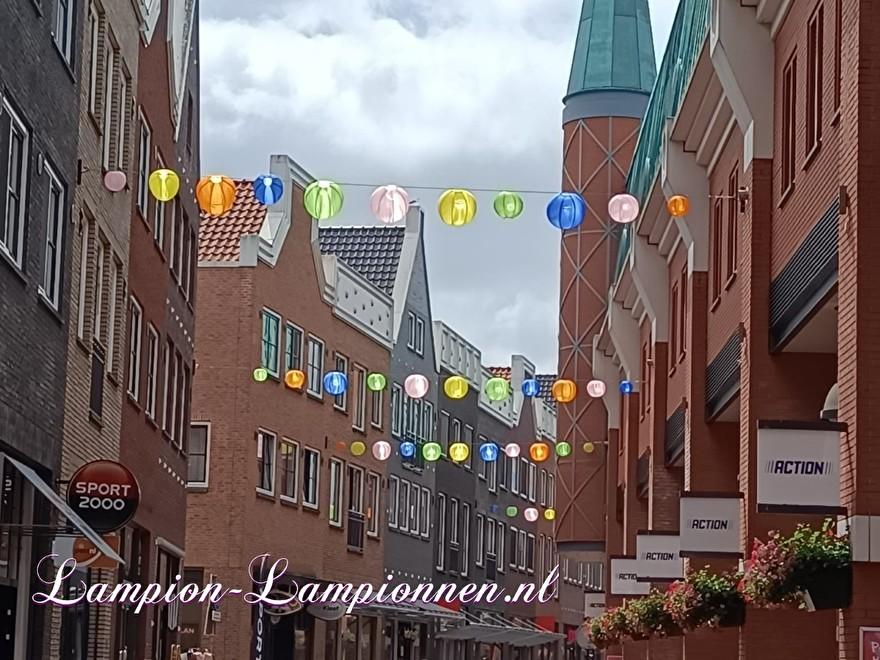 Lampion slingers Parade Nootdorp, vrolijke ballonnen door straten winkel gebied, city management decoratie straat versiering
