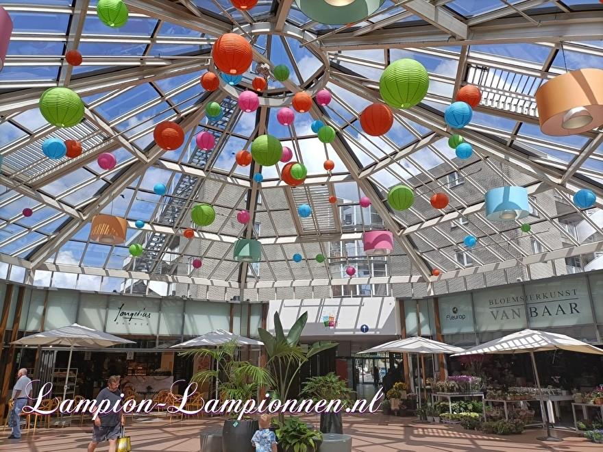 Lampionnen winkelcentrum Rokkeveen Zoetermeer in huisstijl ballon versiering grote lampionnen