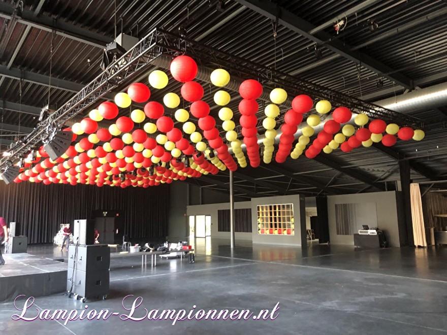 Rote und hellgelbe Laternen in Dachstühlen über der Tanzfläche im Festsaal Firmenevent, Rote und hellgelbe Laternen in Traversen über der Tanzfläche bei Bankettveranstaltungen, Lanternes rouges et jaune clair